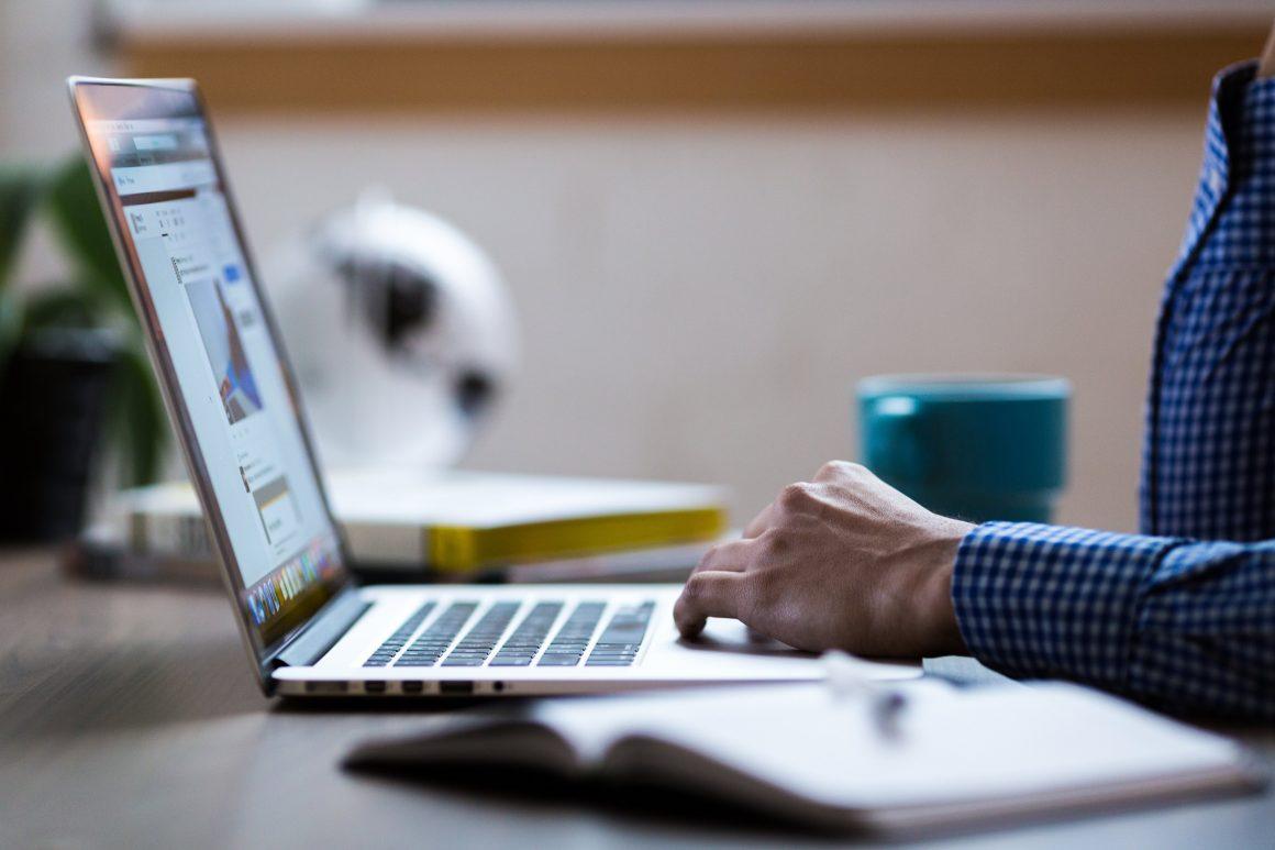 Persona Trabajando con su Laptop