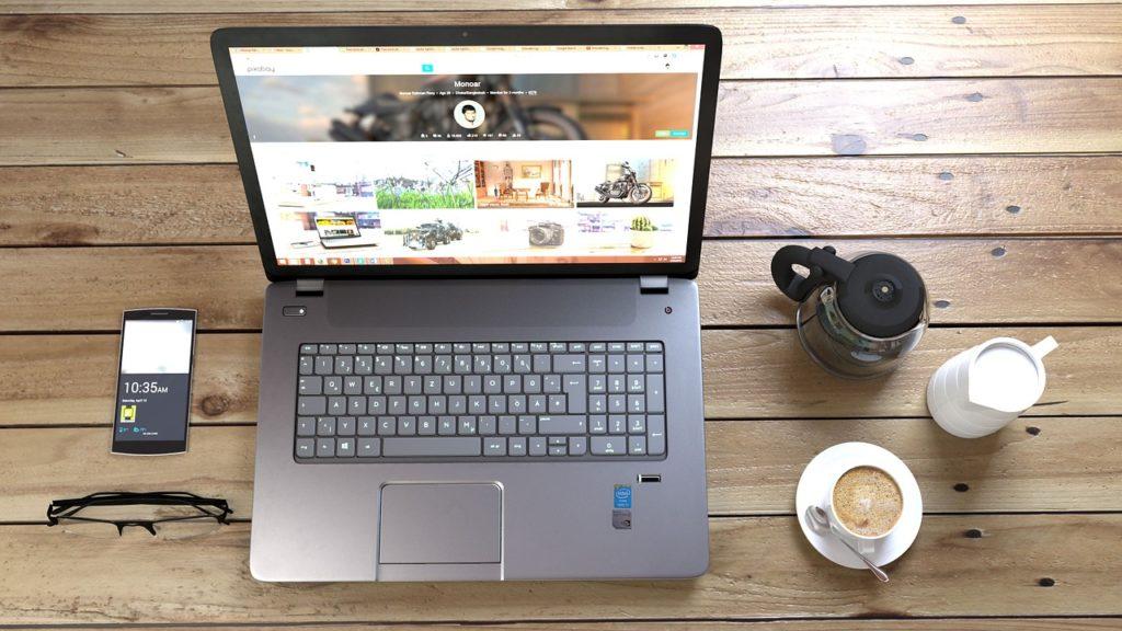 Plataformas Para Freelancers: Laptop Encendida