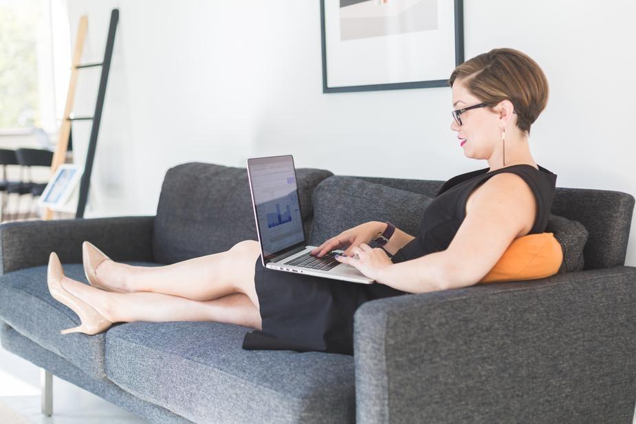 Cómo Ser Freelancer: Mujer en Oficina Moderna