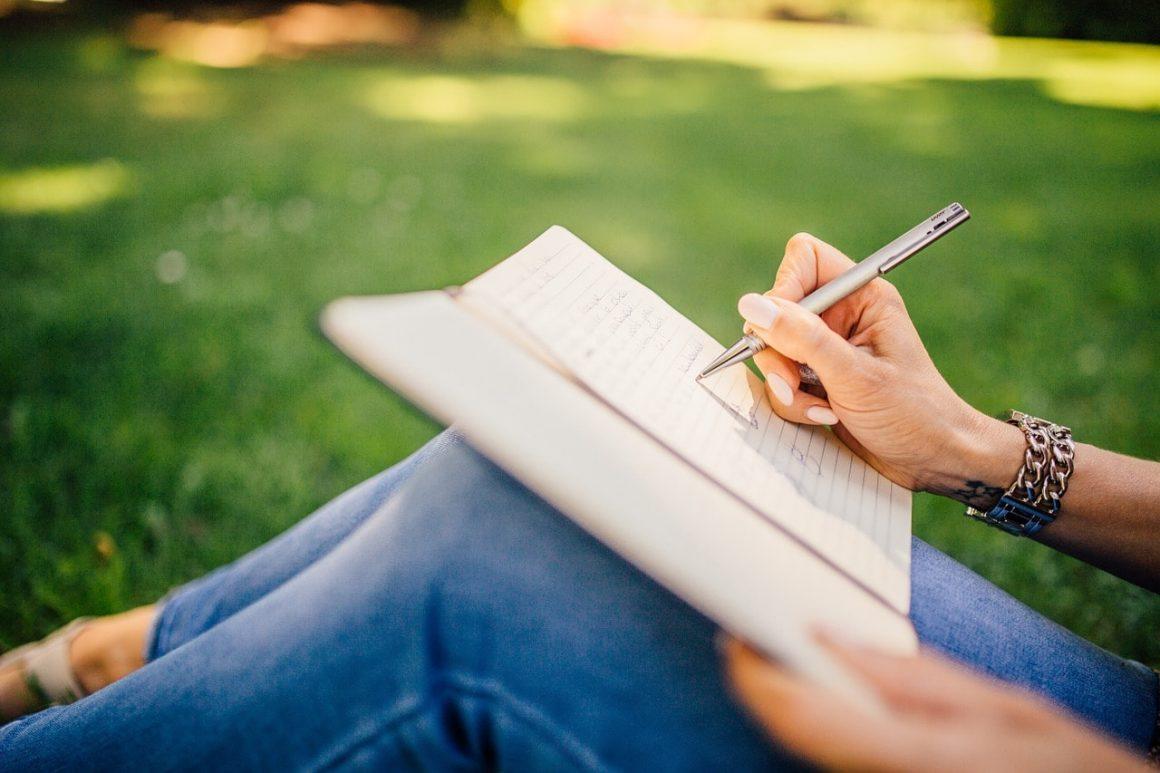 Cómo Ser Redactor Freelance: Chica Escribiendo